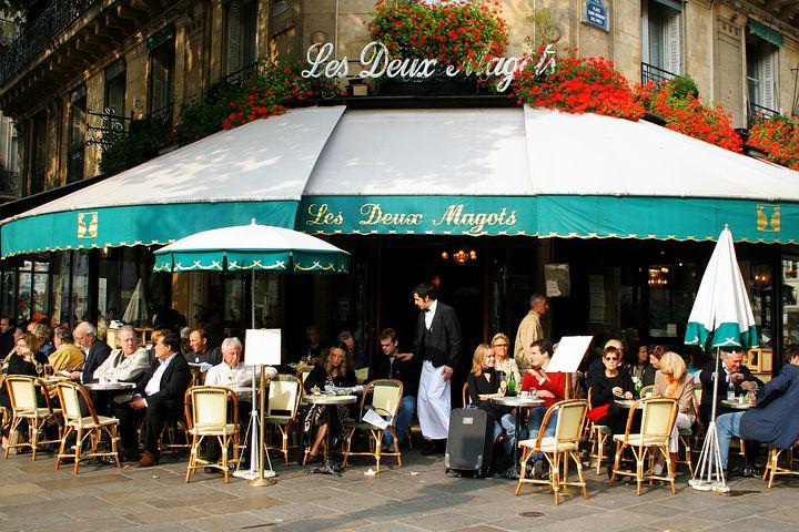 terrasse café paris journée avec des hôtes français