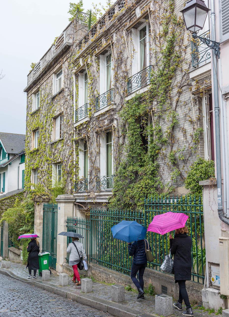 visite de Montmartre au printemps Apprendre Découverte Paris France Flâner Parapluies