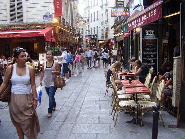 paris rue agitée expérience journée avec des hôtes français