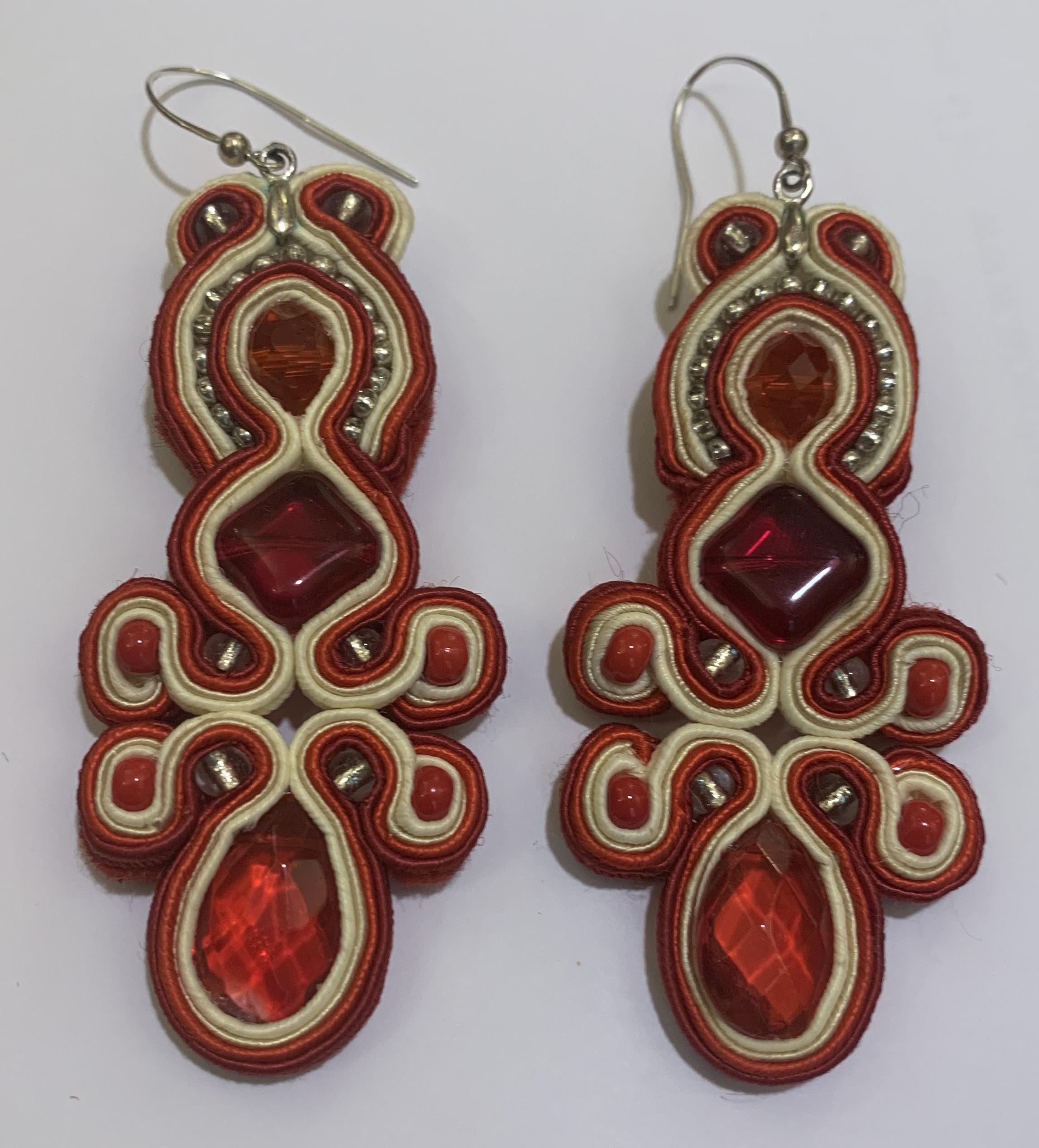 boucle d'oreille rouge créatrice de bijoux